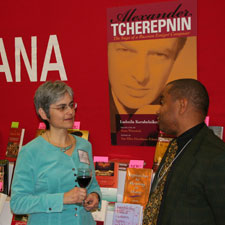 Sue-Ellen speaks with a conventioner about the new biography